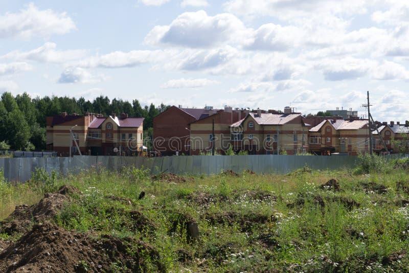 Budujący dom na projektach z pracownikiem - projekt budowlany zdjęcia stock