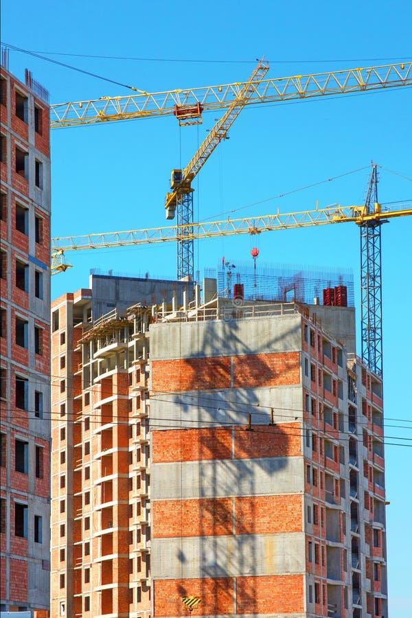 Budujący z podnosić żurawie, basztowi żurawie na budowie budynek obrazy stock