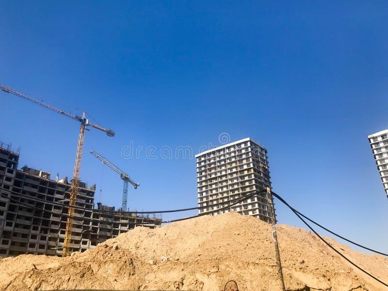 Budujący z pomocą budowa żurawi wysokość wzmacniający beton, panel, rama, bloków domy, budynki fotografia royalty free