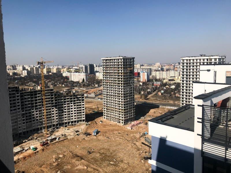 Budujący z pomocą budowa żurawi wysokość wzmacniający beton, panel, rama, bloków domy, budynki obrazy royalty free