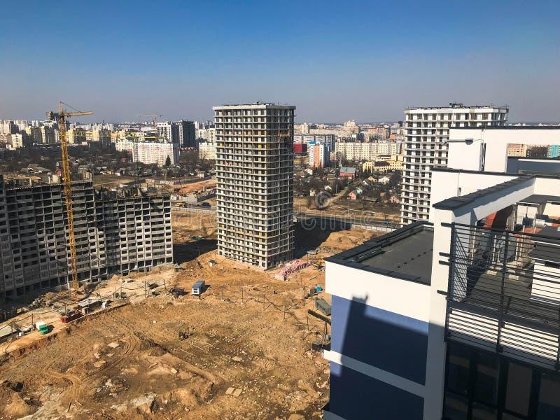 Budujący z pomocą budowa żurawi wysokość wzmacniający beton, panel, rama, bloków domy, budynki zdjęcia royalty free
