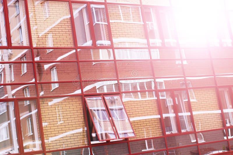 Budujący z szklaną fasadą, odbicia w szkle obraz royalty free