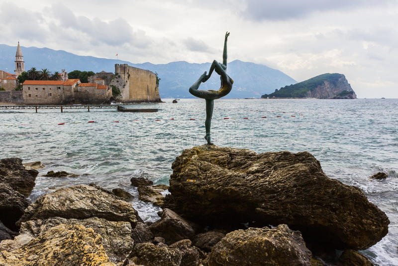 BUDVA, ΜΑΥΡΟΒΟΎΝΙΟ - τον Ιούνιο του 2016: Σύμβολο του αγάλματος χορευτών πόλεων στο υπόβαθρο της παλαιάς κωμόπολης Budva στοκ εικόνες