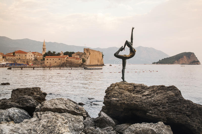 BUDVA, статуя девушки танцев ЧЕРНОГОРИИ - на предпосылке старого города Budva Большинств популярное фото с Черногорией стоковые изображения
