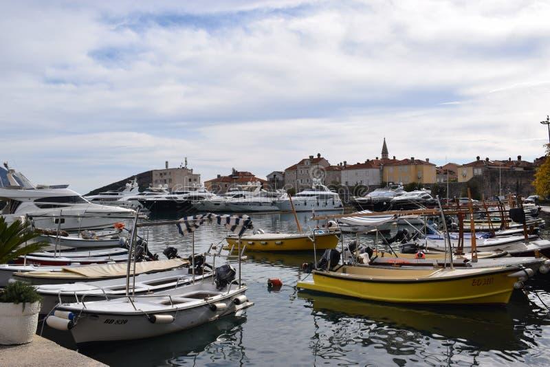 Budva, barcos de Montenegro en la bahía fotografía de archivo libre de regalías