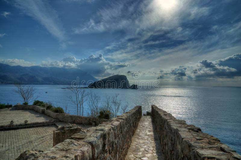 Budva, mar adriático, Montenegro - isla San Nicolás/Sveti Nikola/de la fortaleza Budva fotografía de archivo