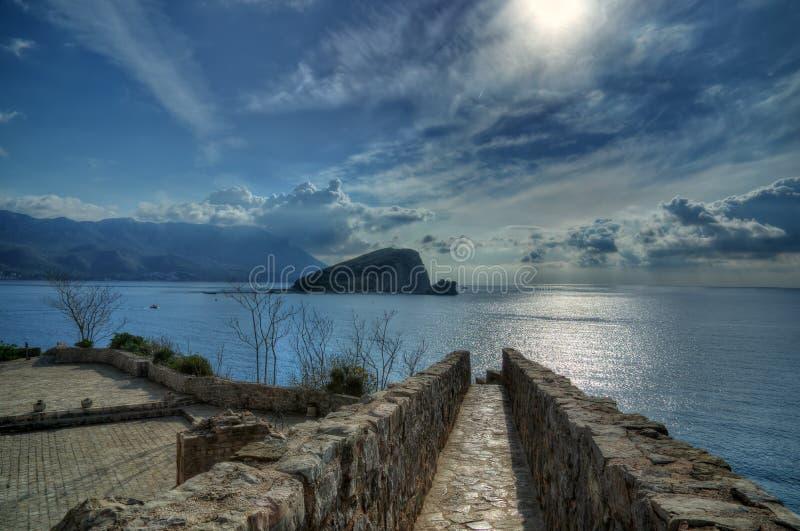 Budva, mar de adriático, Montenegro - ilha São Nicolau/Sveti Nikola/da fortaleza Budva fotografia de stock