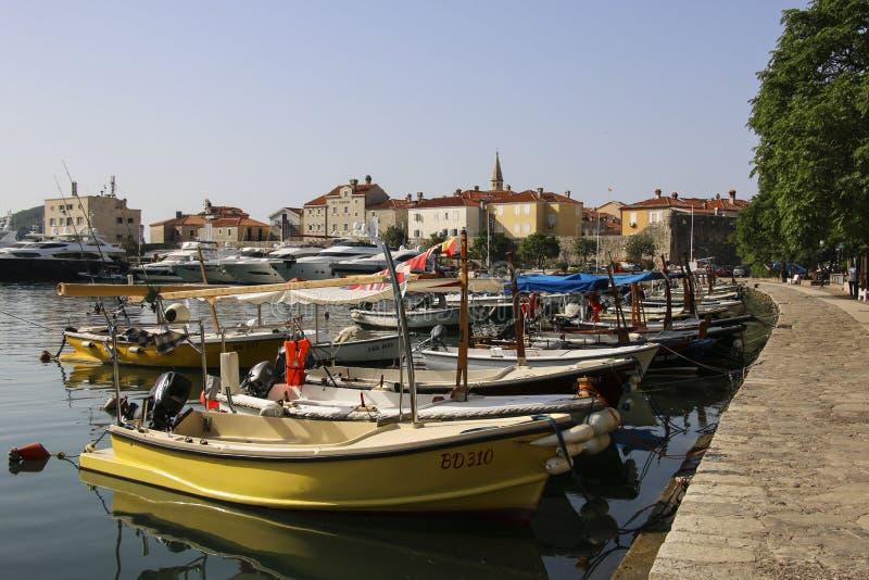 BUDVA, MONTÉNÉGRO 12 JUIN 2019 : Vue de bord de mer avec des bateaux et des yachts amarrés en ville Budva, Monténégro photo stock