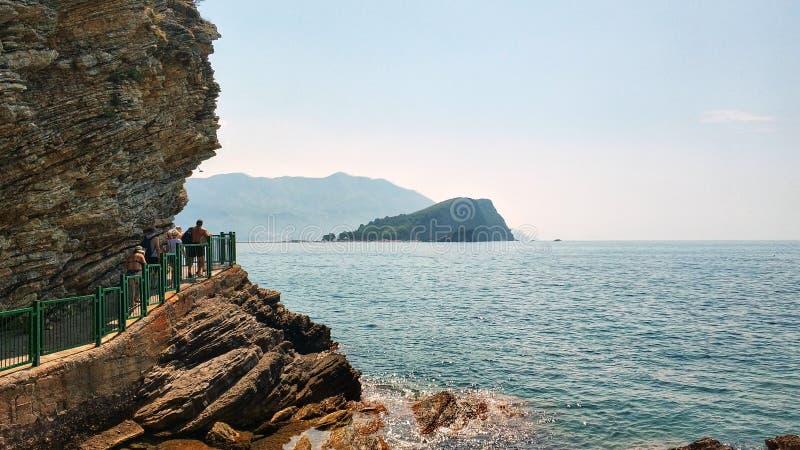 Budva, Montenegro - 11. August 2018: Leute gehen zu Mogren-Strand Küstenferien im adriatischen Meer stockfoto