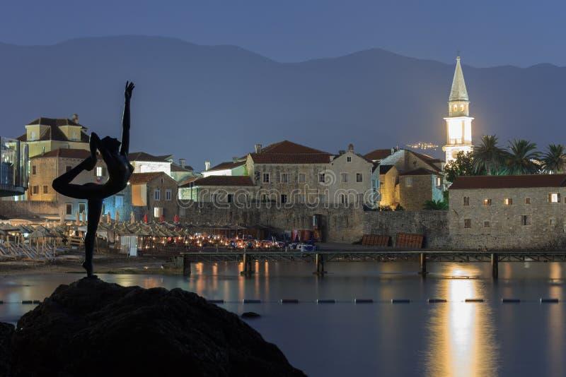 BUDVA, MONTENEGRO - 9 DE AGOSTO DE 2014: Monumento à bailarina como um símbolo da cidade de Budva, Montenegro contra o fundo fotografia de stock royalty free