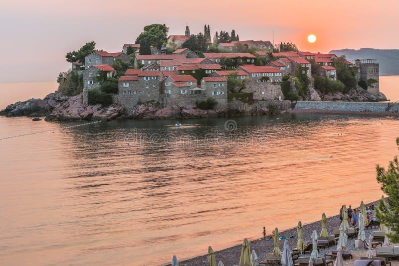 Budva, Montenegro - 26 de agosto de 2017: Hermosa vista del centro turístico isleño de St Stephen Sveti Stefan en el Budva Rivier fotos de archivo libres de regalías