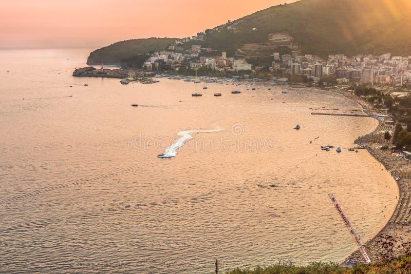 Budva, Montenegro - 26 de agosto de 2017: Vista a la bahía, a la ciudad vieja, a las playas y a los hoteles en el Budva Riviera e imágenes de archivo libres de regalías