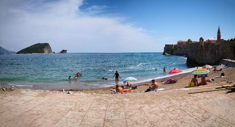 Budva Budva/Montenegro; 06/13/2018: en panoramautsikt av en Kotor strand royaltyfri foto