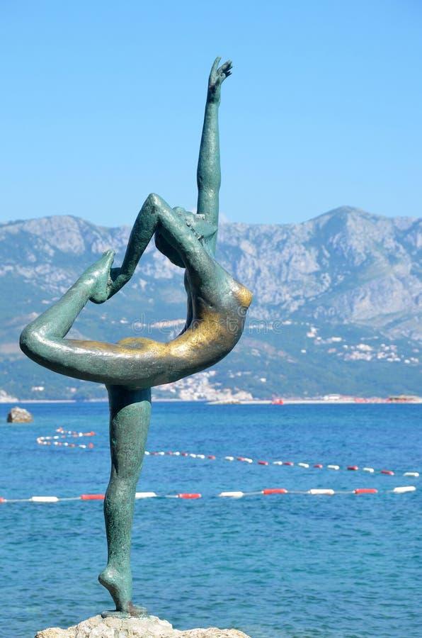Budva, Montenegro, junho, 22, 2015 Estátua de uma ginasta em um fundo da cidade velha fotografia de stock royalty free