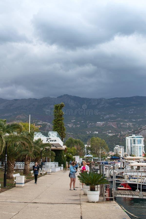 Budva/Montenegro - September 2017: port med fartyg och yachter som parkeras i hamn av det Budva Adriatiskt havet på en stormig da royaltyfria bilder
