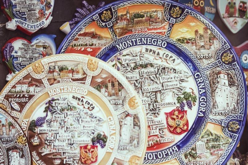 Budva viejo, Montenegro - 19 de julio de 2019: Placas pintadas coloridas con los nombres de la ciudad que muestran el mapa de Mon fotografía de archivo libre de regalías
