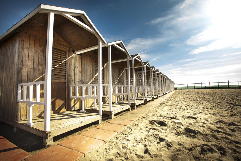 Budy drewniane na plaży Niebieskie niebo z few chmurnieje HDR zdjęcia stock