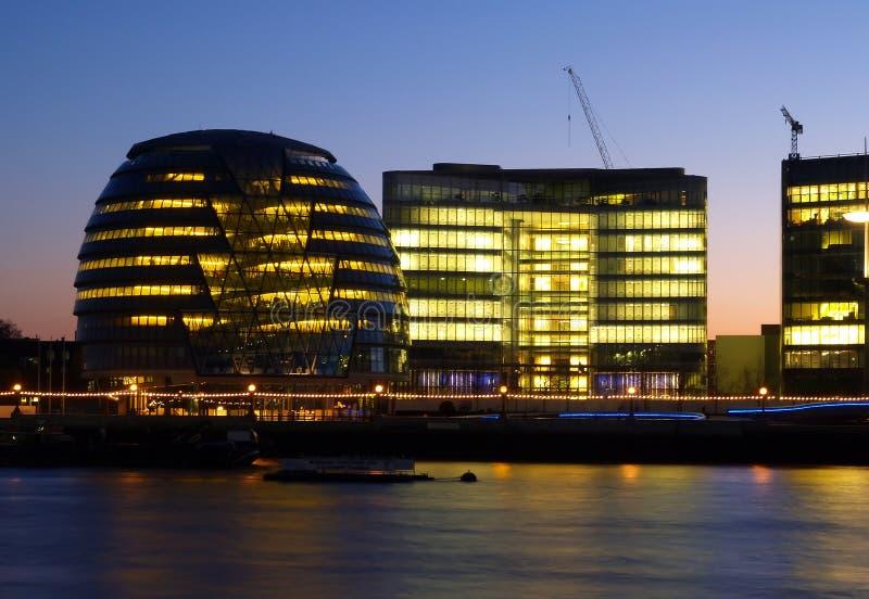 Budynek biurowy na banku Thames rzeka obrazy royalty free