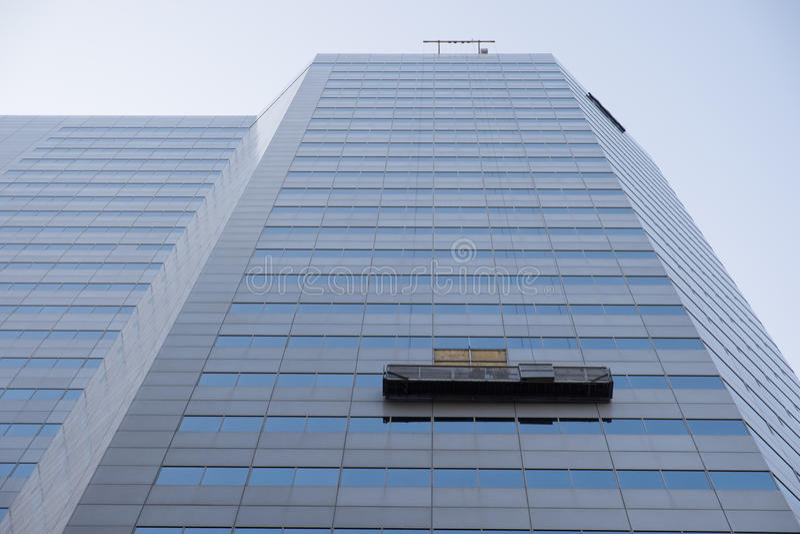 Budynek biurowy z nadokiennego cleaning jednostką fotografia royalty free