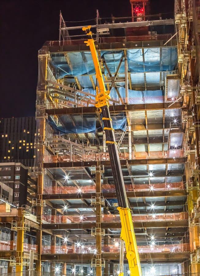 Budynek budowa z żurawiem przy nighttime - Sendai, Miyagi, Japonia zdjęcie stock