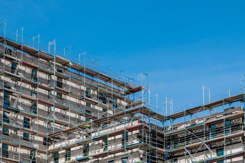 Budynek budowa z rusztowaniem zdjęcie royalty free