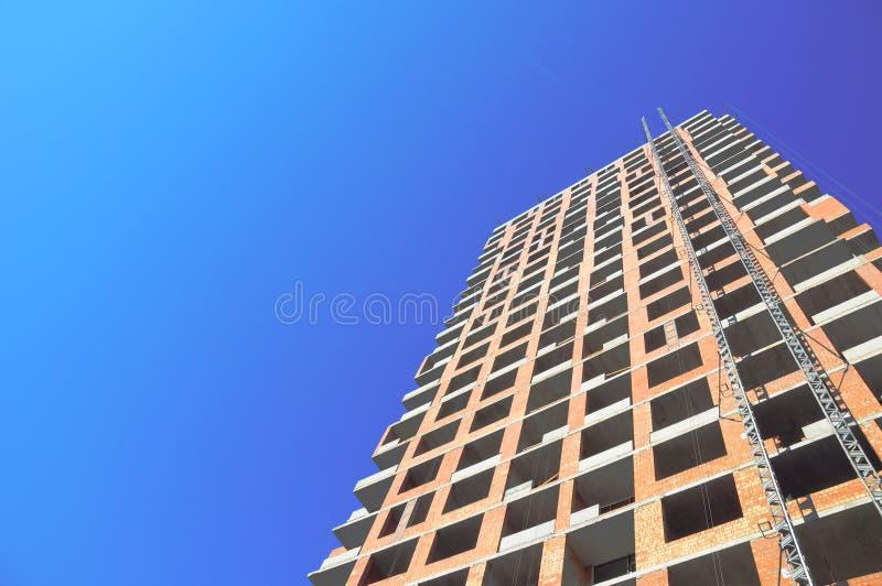 Budynek budowy praca przeciw błękita niebu zdjęcia royalty free