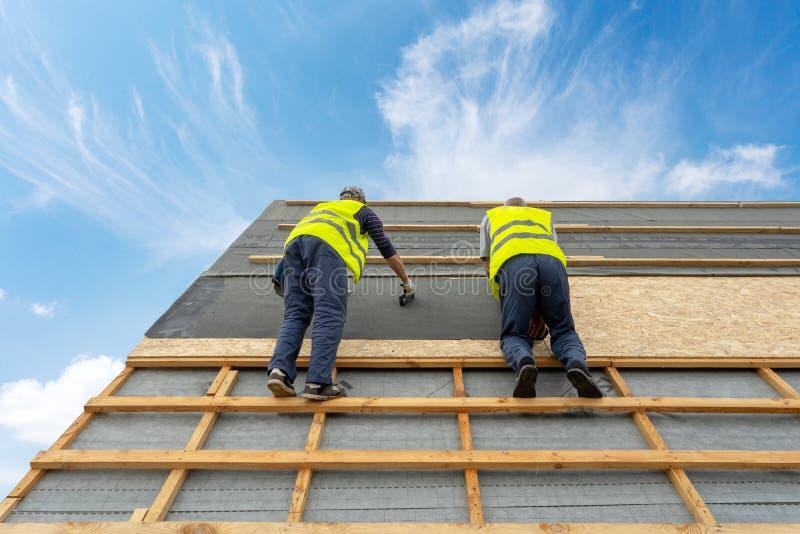 Budynek budowy proces nowy drewniany dach na drewnianym ramowym domu zdjęcie royalty free
