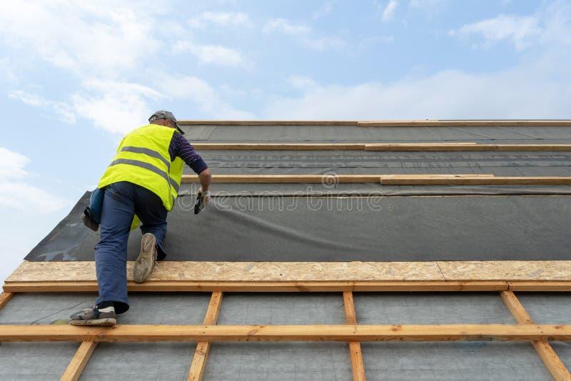Budynek budowy proces nowy drewniany dach na drewnianym ramowym domu obraz stock