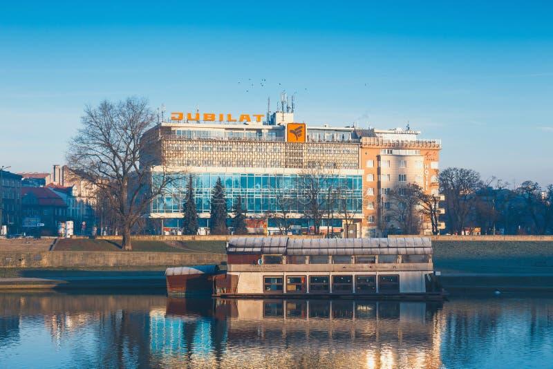 Budynek handlu centrum Jubilat na Bulwarze Czerwienski przeciw Wawel Królewskiemu kasztelowi, Krako obrazy royalty free
