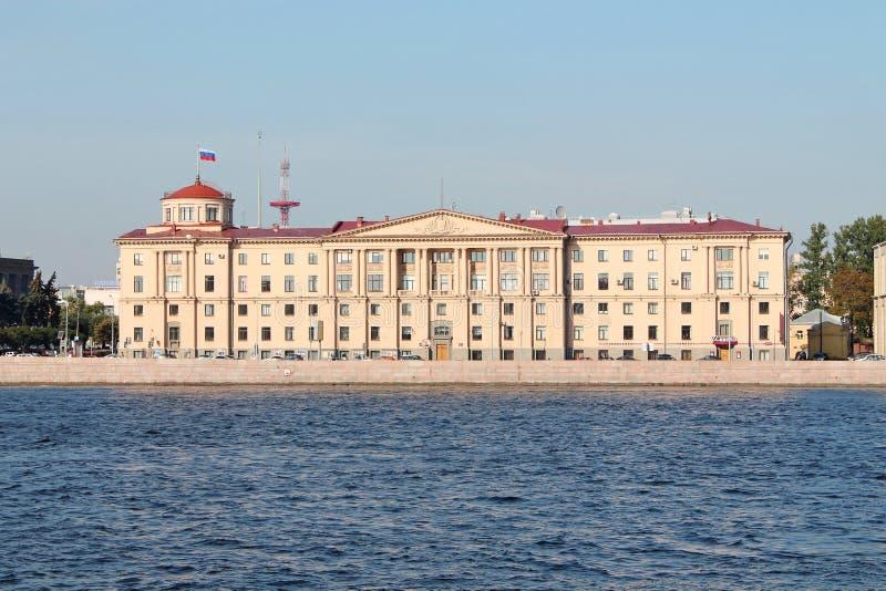 Budynek jest w stylu Stalinowskiego neoclassicism na arsenału bulwarze St Petersburg zdjęcie stock