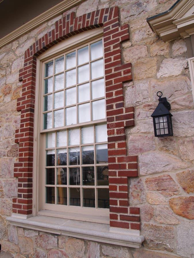 budynek kamienia przez okno zdjęcie royalty free