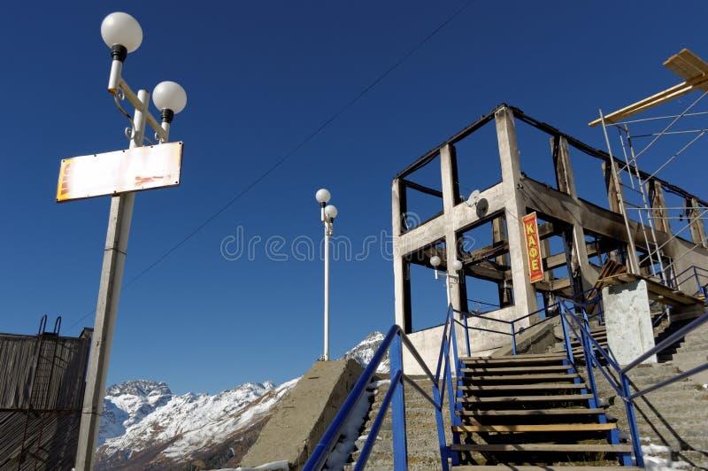 Budynek kawiarnia po ogienia Ośrodek narciarski w Dombai Karachay-Cherkessia, Rosja, Listopad 24, 2016 fotografia stock