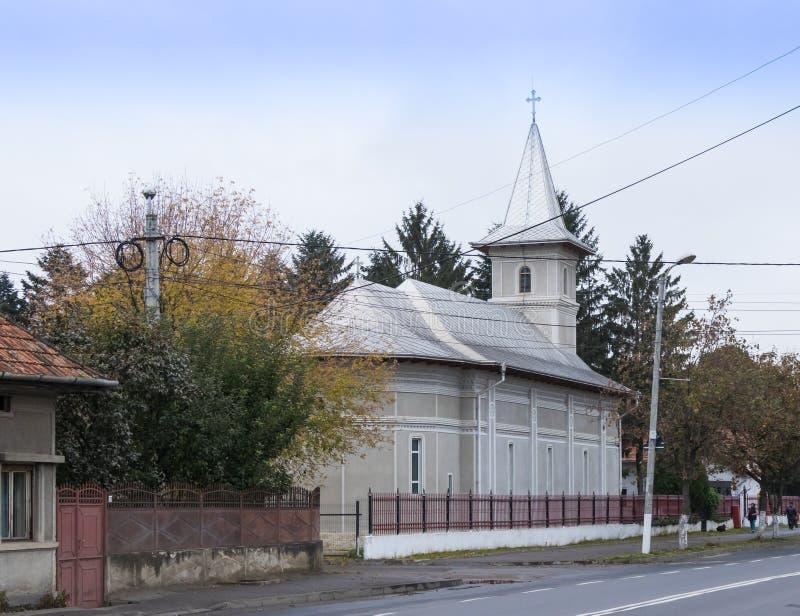 Budynek kościół archaniołowie Michael i Gavriil na głównej ulicie Fagaras miasto w Rumunia fotografia stock