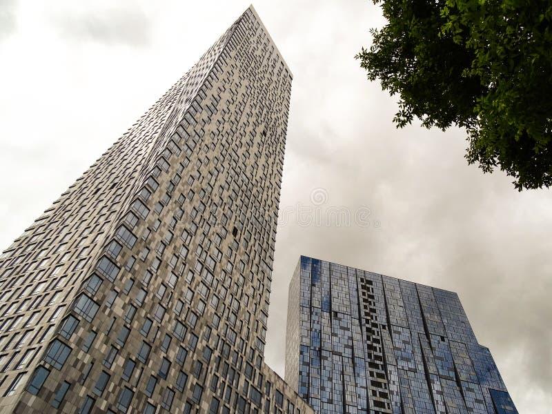 Budynek mieszkalny - dwa wieżowa góruje różni kształty i wzrosty, łączy do siebie obraz royalty free