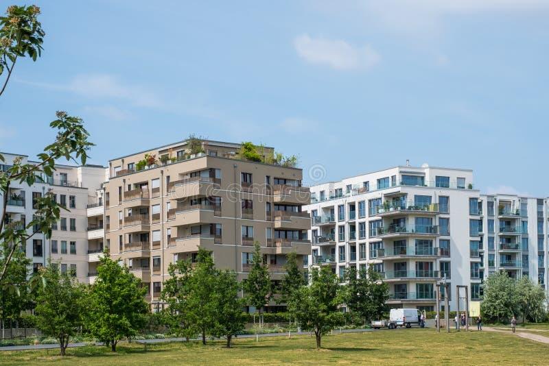 Budynek mieszkaniowy fasada nowożytny archi - nieruchomości powierzchowność - zdjęcia royalty free