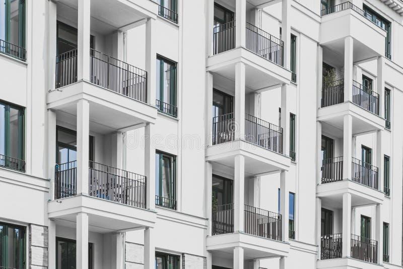 Budynek mieszkaniowy fasada nowożytny archi - nieruchomości powierzchowność - obrazy royalty free