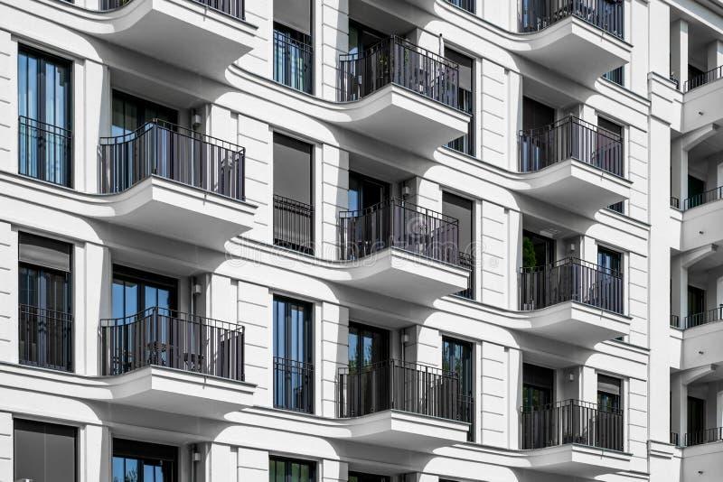 Budynek mieszkaniowy fasada nowożytny archi - nieruchomości powierzchowność - obrazy stock