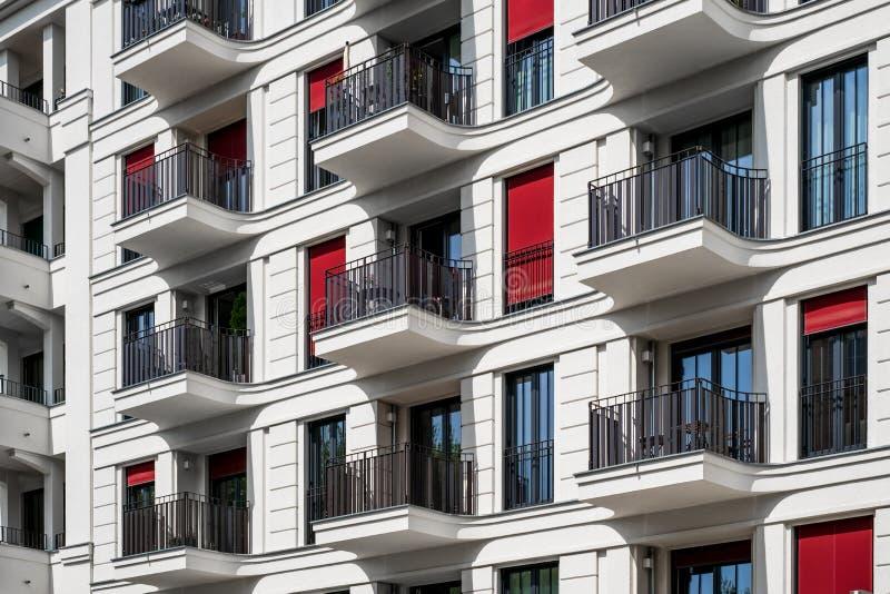 Budynek mieszkaniowy fasada nowożytny archi - nieruchomości powierzchowność - zdjęcie royalty free