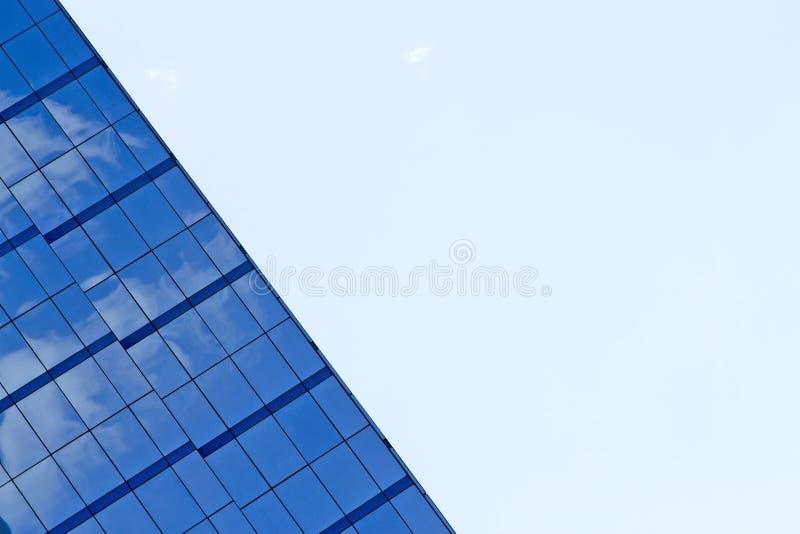 Budynek odbija z niebieskim niebem fotografia royalty free