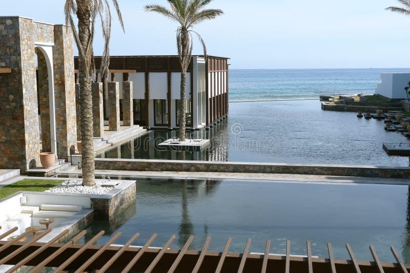 Budynek, palmy i morze, obraz stock