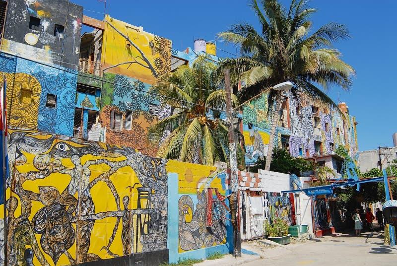 Budynek powierzchowność z ulicznymi sztuka obrazami w Hawańskim, Kuba zdjęcie stock