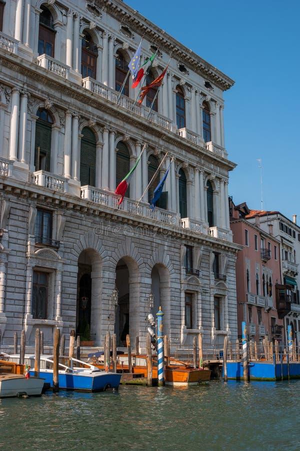 Budynek prefektura Wenecja na kanał grande w Wenecja Flaga Włochy, Wenecja i Europejski zjednoczenie, są obrazy stock