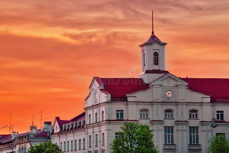 Budynek ratusza w Czernihowie, Ukraina przed pięknym dtamatycznym zachodem słońca obraz stock
