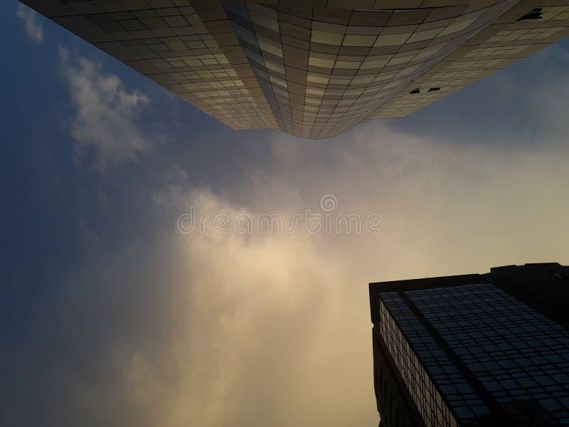 Budynek rozciąga nieba obrazy stock