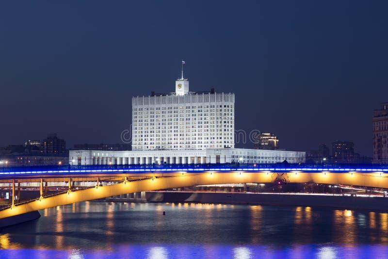 Budynek rząd federacja rosyjska i metro most przy nocą zdjęcia stock