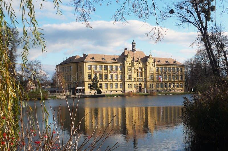 Budynek szkoły w lustrze staw w Litovel, republika czech zdjęcia royalty free