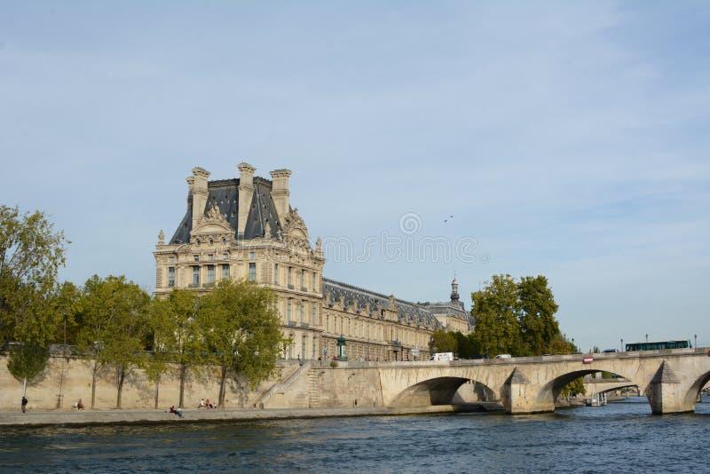 Budynek w Pałacu Louvre na moście Pont Royal nad Sekwaną obrazy stock