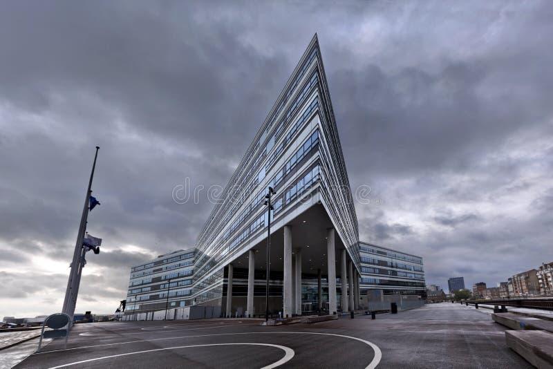 Budynek z agresywną, graniastą architekturą w ponuractwo pogodzie w mieście, Ã… rhus fotografia stock