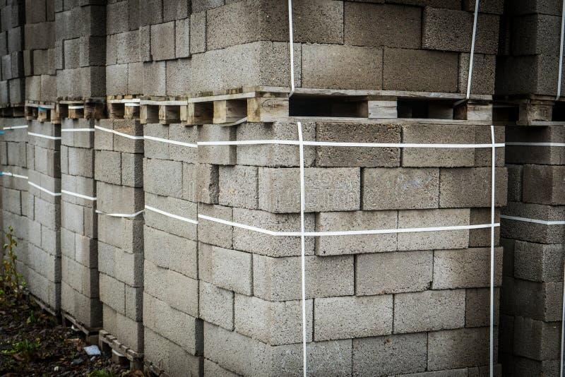 Budynków betonowi bloki Miejsce dla twój teksta Elementy na barłogach fotografia royalty free