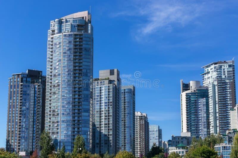 budynków mieszkaniowy porcelanowi Dalian elektryczności grupy pilony fotografia royalty free
